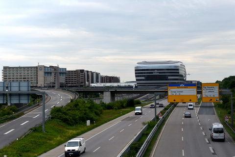 Vor dem Flughafen (2)