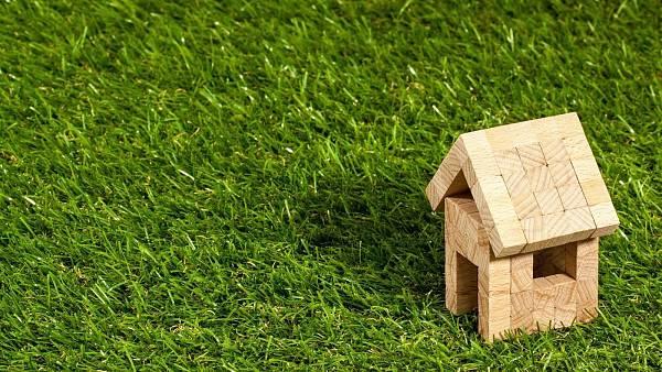 Themenbild: Haus auf Rasen