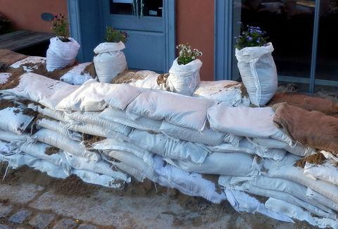 Bild mit Sandsäcken gegen Hochwasser