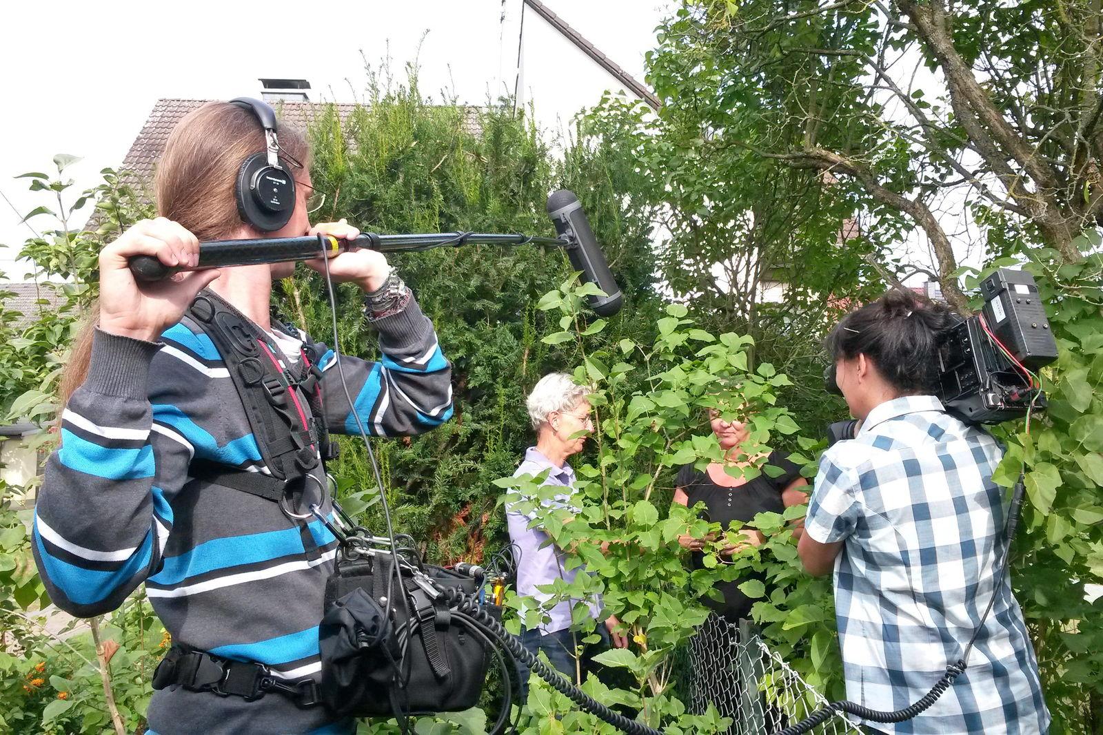 Christiane Mauer-Peiffer am Gartenzaun mit ihrer Nachbarin
