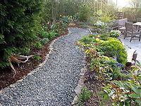wasserdurchlässiger Schotterweg durch den Garten