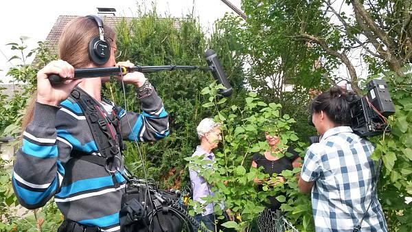 Themenbild: Christiane Mauer-Peiffer am Gartenzaun mit ihrer Nachbarin
