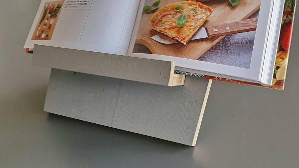 Themenbild: Buchstütze mit Kochbuch