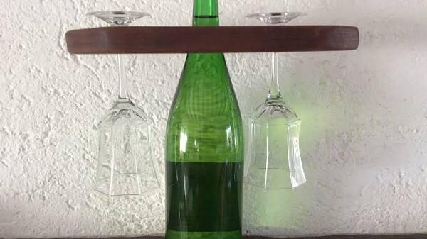 Themenbild: Flaschenhalter mit Gläsern