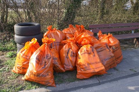 Insgesamt 16 Säcke sammelten die Siedler aus den Straßenrändern