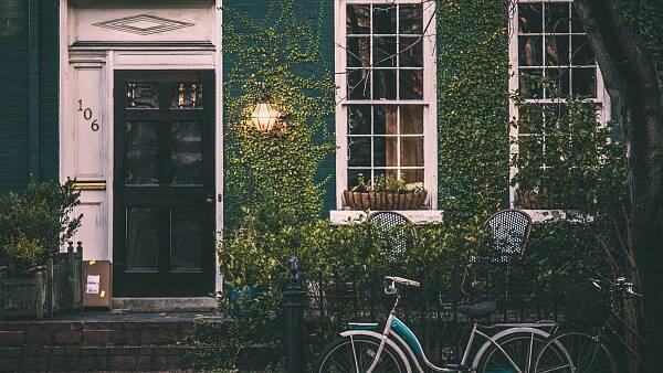 Themenbild: Fahrrad vor begrüntem Haus