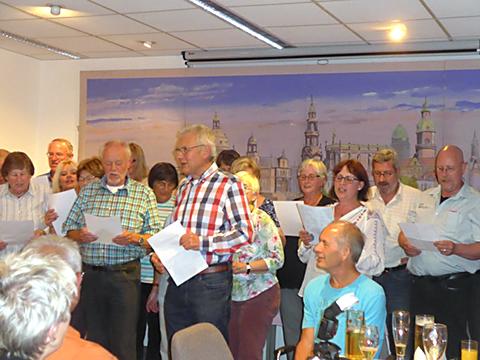 Gäste singen ein Lied