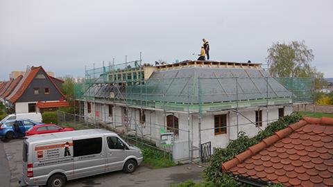 Das Dach am neuen Siedlerheim ist dicht!