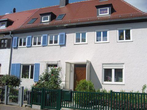 Restaurierte Gebäude (li. Original mit blauen Fensterläden)