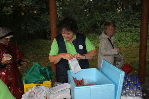 Frau Sagner die Vorsitzendde dees SV Meusdorf beim einpacken der Verpflegungsbeutel