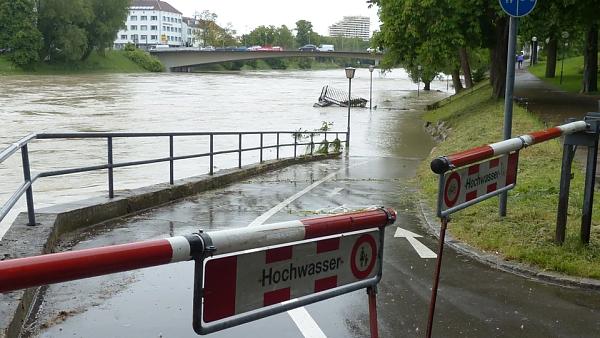 Themenbild: Straße im Hochwasser versinkend