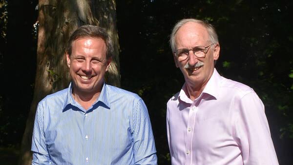 Themenbild: zwei Männer lächeln ins Bild