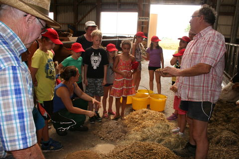 Julia und Karl Gruppenbacher beim erklärren des Viehfutters