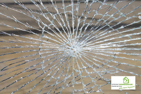 Für zerborstene Scheiben müsste eine Glasbruchversicherung bestehen.