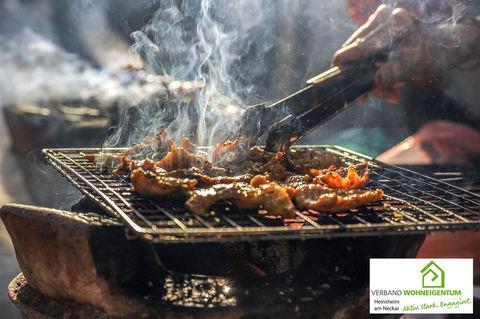 Kommt es beim Grillen mit Holzkohle zu starker Qualm- und Rauchentwicklung, müssen Nachbarn dies nicht hinnehmen.