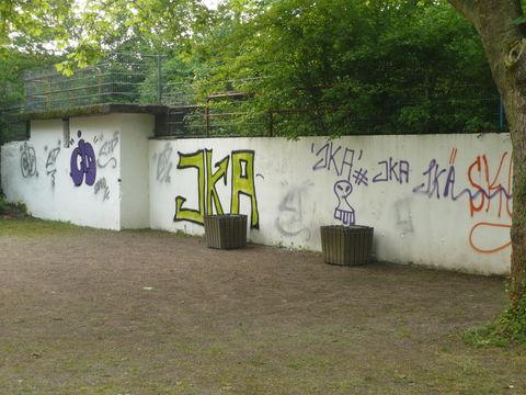 Schutzbunkerwand mit Graffitis