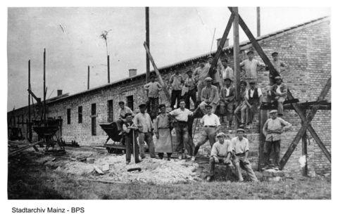 Bau der ersten Siedlungshäuser