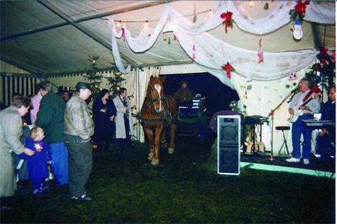 Die Weihnachtsfeier im beheizten Zelt zählte über 200 Personen. Der Nikolaus kam mit Pferd und Wagen in das Zelt hinein gefahren. Viele schwärmen heute noch von der tollen Atmosphäre.