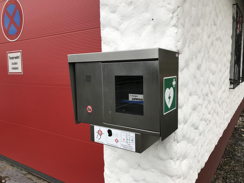Der Defibrillator (AED) ist nun am Feuerwehrgerätehaus montiert und einsatzbereit