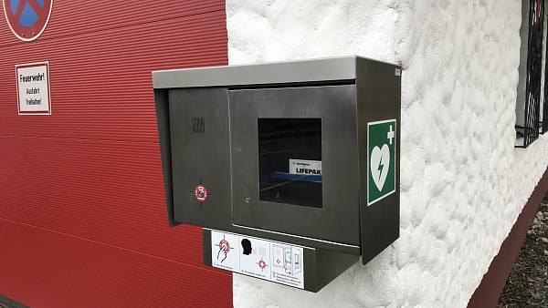 Themenbild: Der Defibrillator (AED) ist nun am Feuerwehrgerätehaus montiert und einsatzbereit