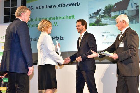 Gratulation zum 2. Preis für SGV von MdB Florian Pronold und Präsident VWE Hans Rauch