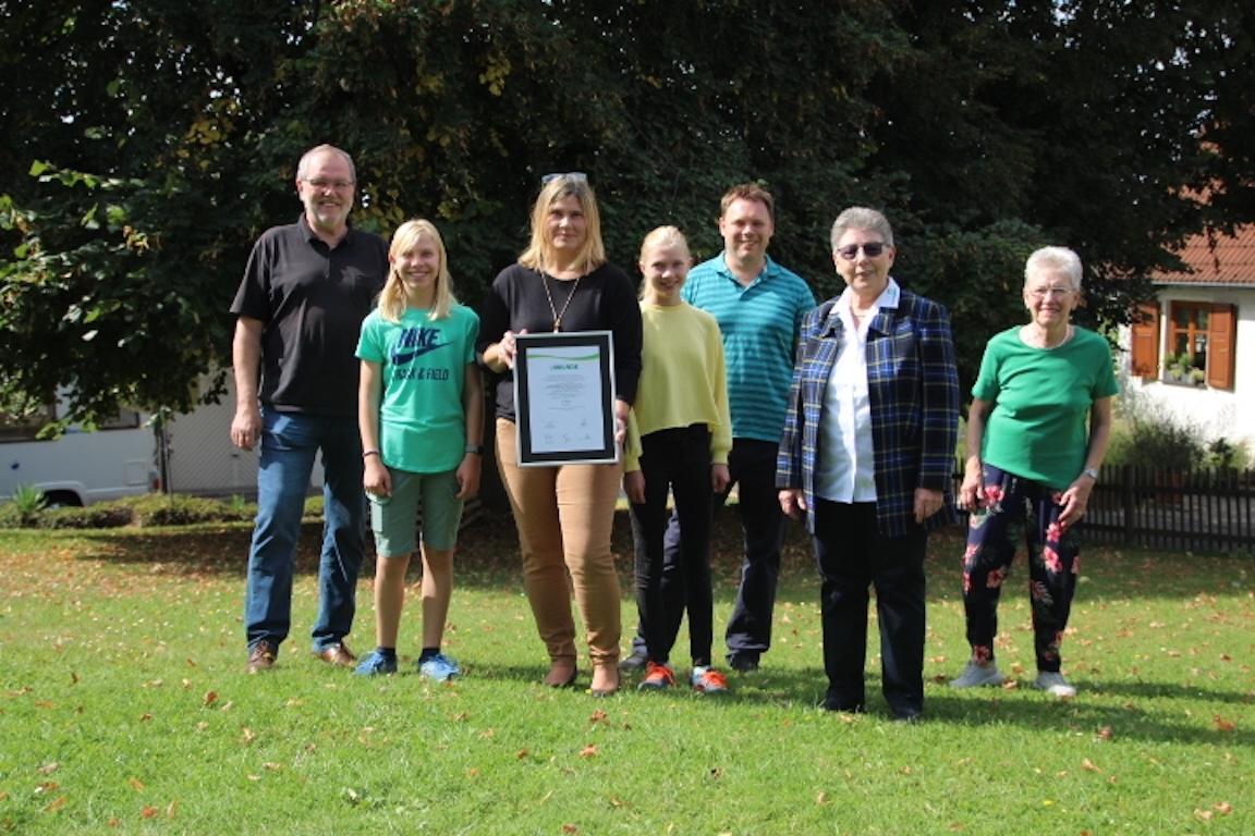 Vertreter der SGV und Stadtbürgermeister Wolfgang Heitmann freuen sich über die Urkunde, überreicht von Gisela Hinderberger (Bundespräsidium VWE)